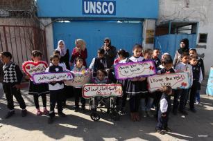 GAZA, GAZA- Los palestinos celebran el Día Internacional de las Personas con Discapacidad frente a un edificio de la UNESCO