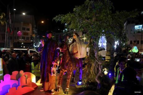 RAMALA, CISJORDARIA- Los palestinos acompañan al convoy de los festejos navideños