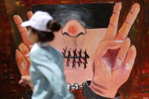 RAMALA, CISJORDANIA: Pegúelos. Graffiti para conmemorar el Día de los Prisioneros Palestinos
