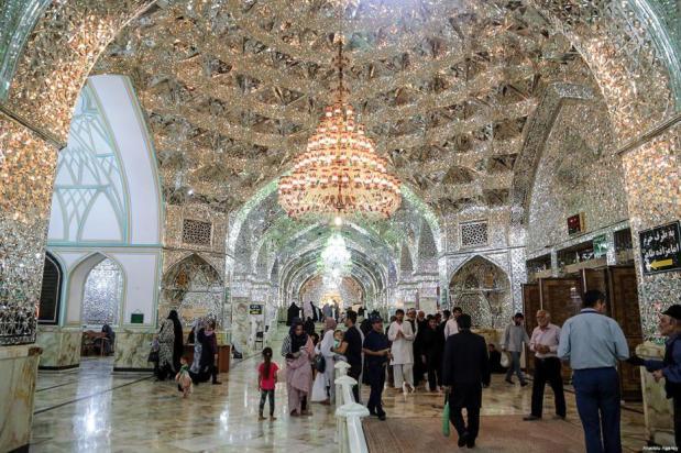 TEHERÁN, IRÁN - 07 de junio: La gente visita el santuario Shah-Abdol-Azim antes de la comida durante el primer día del mes sagrado islámico del Ramadán en Teherán.
