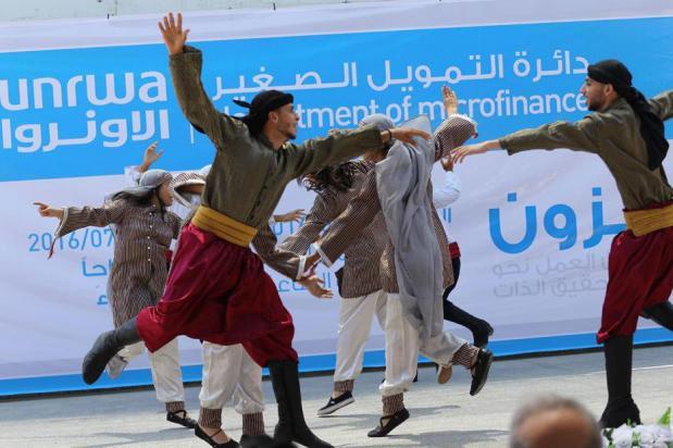 GAZA, FRANJA DE GAZA: Jóvenes bailando Dabkeh durante la inauguración de una exposición