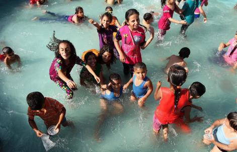 GAZA, FRANJA DE GAZA: Los niños palestinos celebran en remojo la fiesta del cordero