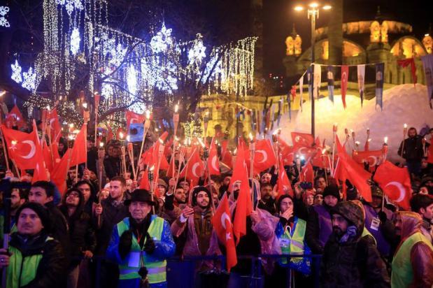ESTAMBUL, TURQUÍA - 01 de enero: Miles de personas se reúnen para celebrar el Año Nuevo en la plaza de Ortakoy en Estambul, Turquía el 01 de enero de 2017. (Muhammed Enes Yıldırım - Agencia de Anadolu)
