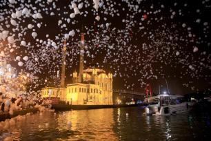 ISTANBUL, TURQUÍA - 01 de enero: Gobos durante las celebraciones de Año Nuevo en la Plaza de Ortakoy en Estambul, Turquía el 01 de enero de 2017. (Muhammed Enes Yıldırım - Agencia Anadolu)
