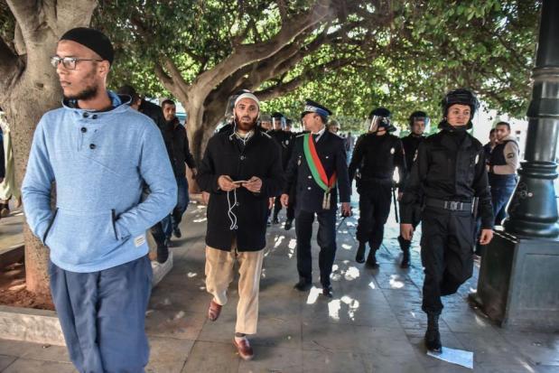 Grupos de salafistas marroquíes y mujeres afganas se concentran frente a la sede del gobierno en Rabat (Marruecos) para protestar contra la prohibición de la producción y venta del burqa decretada por el gobierno marroquí, el 15 de Enero de 2016 (Jalal Mordichi/Agencia Anadolu)