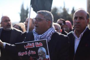 Los manifestantes gritan consignas y sostiene banderas negras frente al edificio de la Knesset en Jerusalén. Durante una protesta contre las violaciones israelíes a los palestinos, como las políticas de discriminación y la demolición de pueblos palestinos palestina en Umm al-Hiran y Qalansawe. (Faiz Abu Rmeleh - Agencia Anadolu)