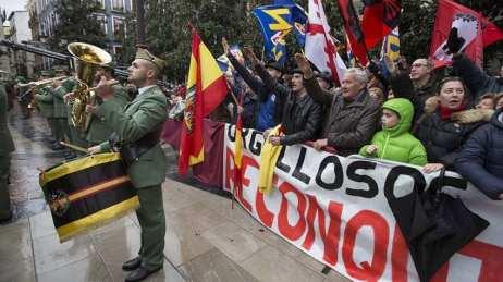 Nostálgicos de la dictadura y grupos fascistas apoyan la manifestación institucional de la Toma de Granada.
