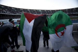 ARGEL, ARGELIA: Aficionados argelinos apoyan al equipo palestino en un partido contra argelia