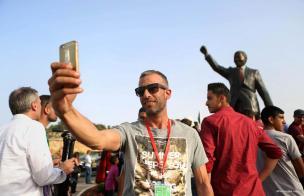 RAMALA, CISJORDANIA: Selfie en la inauguración de la escultura del primer presidente sudafricano democráticamente elegido y del líder del apartheid Nelson Mandela.