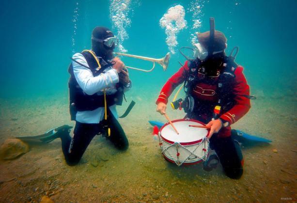 IZMIR, TURQUÍA: Un concierto a más de 15 metros bajo el agua
