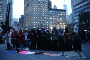 NUEVA YORK, ESTADOS UNIDOS - 1 DE FEBRERO: Mujeres en protestan realizan una azala como ciudadanas estadounidenses