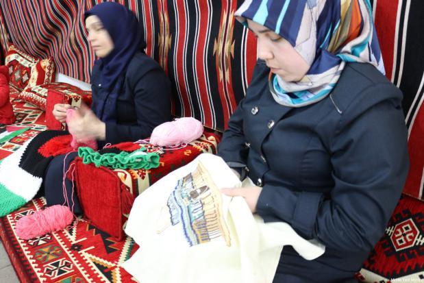 Artesanía expuesta durante la Conferencia de Palestinos en el Extranjero en Estambul, Turquía el 25 de febrero de 2017 [Middle East Monitor]