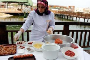 ELAZIG, TURQUÍA- El Kofta Elazığ llegó a Anatolia en el siglo XVII procedente de la Península Arábiga. Tradicionalmente en Elazığ, el Kofta se prepara en ocasiones especiales como fiestas y bodas. La comida se compone de nueces, carne, trigo búlgaro, melaza de pimientos, tomates, cebollas y agua.