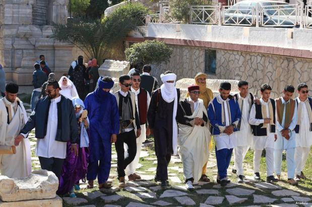 """TRÍPOLI, LIBIA- Libios vestidos con ropas tradicionales asisten a un evento para conmemorar el """"Día Nacional del Vestido Tradicional"""" en la plaza de Es-Suheda"""