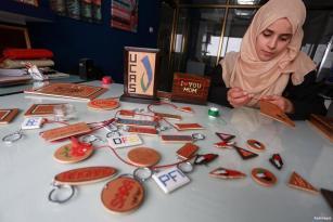 CIUDAD DE GAZA, GAZA- Noor Jaber trabaja bordando patrones en madera en su taller