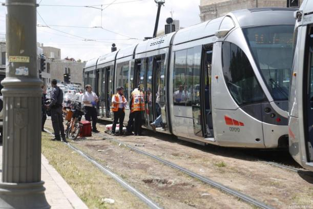 Los servicios médicos israelíes llegan al lugar para atender a una turista británica herida tras ser atacada con un cuchillo cerca del tranvía de la ciudad en Jerusalén el 14 de Abril de 2017. (Mostafa Alkharouf - Agencia Anadolu)