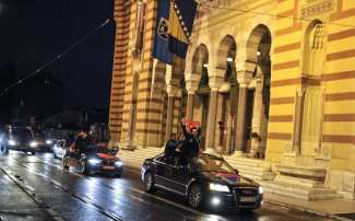 """SARAJEVO, BOSNIA-HERZEGOVINA - 16 DE ABRIL: Partidarios del """"Sí"""" celebran su victoria después de los primeros resultados mierntras el recuento de votos continúa duirante el referéndum constitucional. El 16 de Abril de 2017 en Sarajevo, Bosnia-Herzegovina. El pueblo turco ha votado por escaso margen el cambio propuesto hacia un sistema presidencial para reemplazar a la democracia parlamentaria, con 18 artículos de la constitución que serán reformados. (Samir Yordamoviç - Agencia Anadolu)"""