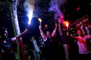 """ESTAMBUL, TURQUÍA - 16 DE ABRIL: Los partidarios del """"Sí"""" celebran su victoria frente a la sede provincial del Partido de la Justicia y el Desarrollo, mientras los resultados preliminares oficiosos del referéndum constitucional de Turquía muestran mas votos favorables al """"Sí"""" que al """"No"""". El 16 de Abril de 2017 en Estambul, Turquía. El pueblo turco votó el cambio propuesto a un sistema presidencial para reemplazar a la democracia parlamentaria, con 18 artículos propuestos para ser enmendados en la constitución. (Arif Hüdaverdi Yaman - Agencia Anadolu)"""