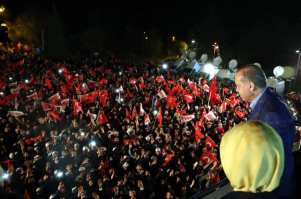 """ESTAMBUL, TURQUÍA - 16 DE ABRIL: (- USO LEGAL EXCLUSIVAMENTE - REFERENCIA OBLIGATORIA - """"PRESIDENCIA DE TURQUÍA / YASIN BULBUL / HANDOUT"""" - NO MARKETING NO CAMPAÑAS DE PUBLICIDAD - DISTRIBUIDO COMO SERVICIO A CLIENTES--) El Presidente turco Recep Tayyip Erdogan se dirige a los ciudadanos cuando los resultados preliminares oficiosos del referéndum constitucional de Turquía muestran la ventaja del """"sí"""" frente al """"no"""", frente al Palacio de Huber de la Presidencia turca en Estambul, Turquía el 16 de abril de 2017. El pueblo turco votó a favor del cambio propuesto a un sistema presidencial para sustituir a la actual democracia parlamentaria, con 18 artículos que se proponen para ser enmendados en la Constitución. (Presidencia turca / Yasin Bulbul - Agencia Anadolu)"""