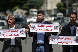Los palestinos protestan contra el embargo perpetrado por Israel ante el Alto Comisionado de las Naciones Unidas para los Refugiados (ACNUR) en la ciudad de Gaza, Gaza, el 19 de Abril de 2017. (Ali Jadallah - Agencia Anadolu)