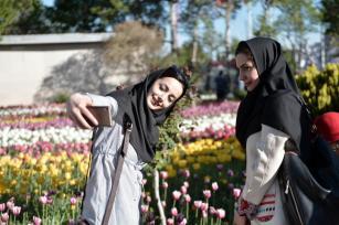Los iraníes visitan el Tulip Garden durante el 5º Festival de Tulipanes en el Parque Chamran en Karaj, Irán el 20 de Abril de 2017 [Fatemeh Bahrami / Agencia Anadolu]