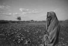 Una mujer somalí frente a sus tierras esperando que dejen de ser infértiles [Ty Faruki]