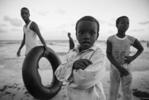 Niños somalíes juegan en la playa [Ty Faruki]
