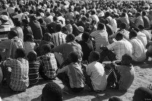 Niños somalíes se sientan sobre los restos de un coche destruido [Ty Faruki]