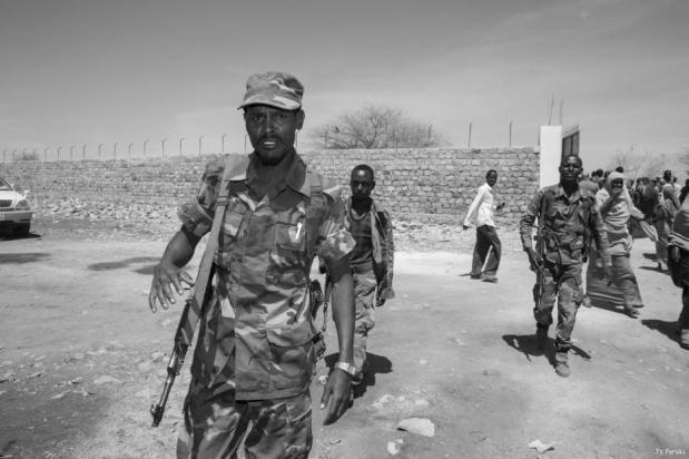 Tropas somalíes patrullan las calles de Baidoa, Somalia [Ty Faruki]