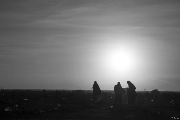 Mujeres somalíes caminan al atardecer [Ty Faruki]