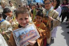GAZA, PALESTINA- Los niños participan en las fiestas cristianas del Domingo de Ramos en la Iglesia de St.Porphyrios en la Ciudad de Gaza. El Domingo de Ramos conlmemora el regreso de Jesucristo a Jerusalén, cuando una multitud entusiasmada le recibió con hojas de palma.