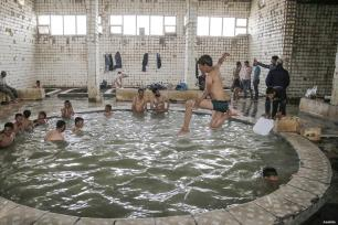 MOSUL, IRAK- Iraquíes que huyen de los enfrentamientos entre el ejército iraquí y los terroristas de Daesh, se toman un descanso para disfrutar del antiguo hammam.