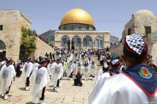 JERUSALÉN, PALESTINA - Los musulmanes palestinos celebran la noche del Isra' y el Mi'raaj marchando desde la calle Sultan Suleiman hasta la Mezquita de Al-Aqsa.