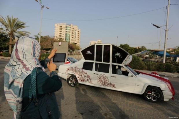 GAZA, PALESTINA - ¡Cenicienta ha de volver a casa! Un mecánico palestino ha creado el vehículo 'Cenicienta'. Se compone de piezas de cinco coches diferentes y se alquila para fiestas de matrimonio.