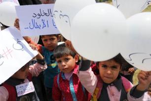 GAZA, PALESTINA- Niños palestinos protestan en solidaridad con los prisioneros palestinos en huelga de hambre en las cárceles israelíes.