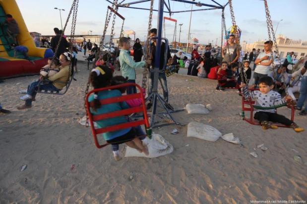 Los niños juegan en las playas de Gaza mientras la crisis energética sigue agravándose en el enclave. El 29 de Abril de 2017 en Gaza. [Imagen: Mohammad Asad / Middle East Monitor)