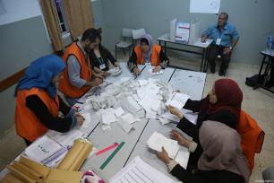 Funcionarios cuentan las papeletas después de que los palestinos que viven en la Cisjordania ocupada por Israel votaran en las elecciones locales, boicoteadas por varios grupos palestinos, en la Escuela Secundaria Banat Qasm de Ramallah, Cisjordania el 13 de mayo de 2017 [Issam Rimawi / Agencia Anadolu]