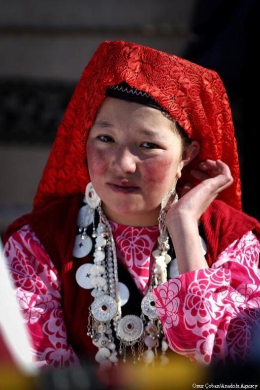 """Mujeres kirguizas con vestidos tradicionales participan en la celebración del 40° día de los bebés recién nacidos, llamado """"Besik Toyu"""" o """"Celebración de la Cuna"""" el 11 de Mayo de 2017 [Onur Çoban / Agencia Anadolu]"""