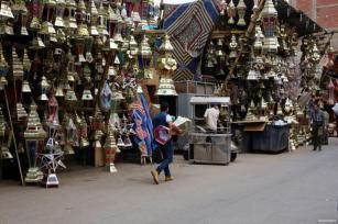 """CAIRO, EGIPTO - Un vendedor egipcio exhibe """"Fanous"""" en un mercado antes de ramadán. En Egipto, las calles están decoradas con luces que dan la bienvenida al mes de Ramdán"""