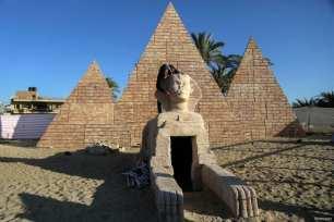 Rafah, GAZA - Un artista palestino trabaja en una escultura de madera de una esfinge en la ciudad de Rafah, en el sur de la Franja de Gaza, cerca de la frontera con Egipto. Los jóvenes artistas palestinos Nidal Al-Jarami y Wissam Makkawi recrearon los sitios emblemáticos de Egipto con pinturas murales y esculturas, incluyendo las Pirámides de Giza