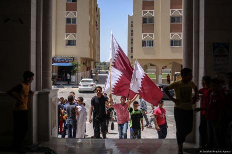 Los palestinos sostienen banderas y pancartas durante una manifestación en apoyo de Qatar, en Gaza el 9 de junio de 2017 [Ali Jadallah / Anadolu Agency]