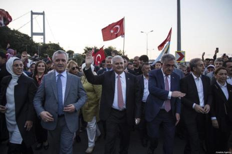 El primer ministro turco, Binali Yildirim, durante la manifestación que recorrio las calles de Estambul como parte de los actos convocados para el día de la Democracia y la Unidad Nacional, que conmemora el fracaso del golpe de Estado de hace un año. [Kayhan Özer / Anadolu Agency]