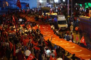 La gente asiste a las celebraciones del fracaso del golpe de Estado, cristalizadas en la manifestación del día de la Democracia y la Unidad Nacional, el 15 de Julio de 2017 [Hakan Burak Altunöz / Anadolu Agency]
