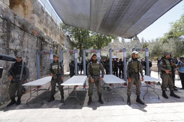 Las fuerzas de seguridad israelíes comprueban que los palestinos y sus pertenencias tienen detectores de metales después de que la mezquita Al Aqsa volviera a abrir sus puertas el 16 de julio de 2017 [Alkharouf Mostafa / Agencia Anadolu]