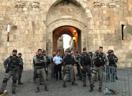 Soldados israelíes custodian la entrada a la mezquita de Al-Aqsa (Mostafa Alkharouf/Agencia Anadolu)