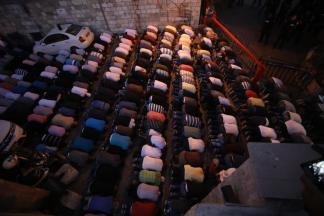 Musulmanes palestinos rezan en el exterior de Al-Aqsa. (Mostafa Alkharouf/Agencia Anadolu)