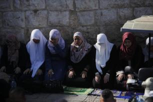Un grupo de mujeres palestinas reza en el exterior de la mezquita de Al-Aqsa ante su negativa a someterse a las nuevas medidas de seguridad impuestas por Israel. (Mostafa Alkharouf/Agencia Anadolu)
