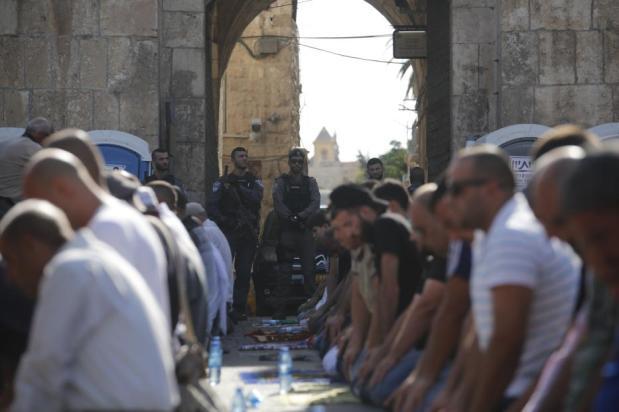 Musulmanes palestinos rezan fuera del complejo de la mezquita de Al-Aqsa al negarse a someterse a los controles de seguridad impuestos por Israel. EN Jerusalén, el 18 de julio de 2017. (Mostafa Alkharouf/Agencia Anadolu)