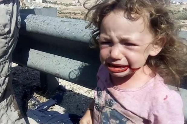 Un grupo de palestinos socorre a una familia de colonos israelíes que sufrieron un accidente de tráfico.cerca de Hebrón, al sur de Cisjordania. [Abbs Winston /Twitter]