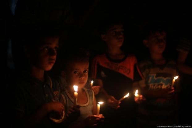 Los habitantes de Gaza permanecen sin electricidad en el enclave sitiado como resultado de la crisis energética y los recortes salariales impuestos por la Autoridad Palestina en Ramallah ocupada el 14 de julio de 2017. [Mohammed Asad / Agencia Anadolu]